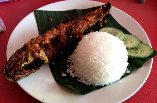 Nasi Kukus Ikan Keli Berlada